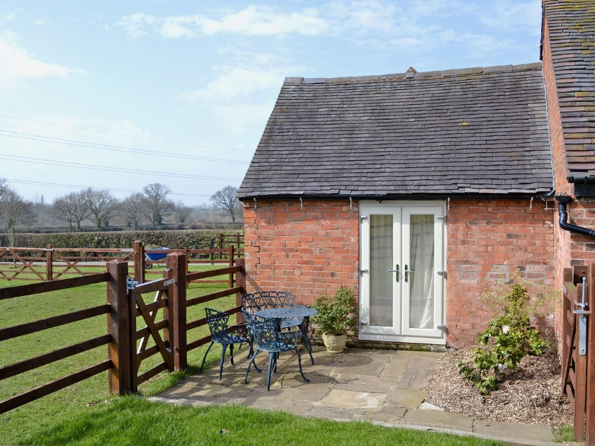 05-the-grooms-cottage-patio-exterior